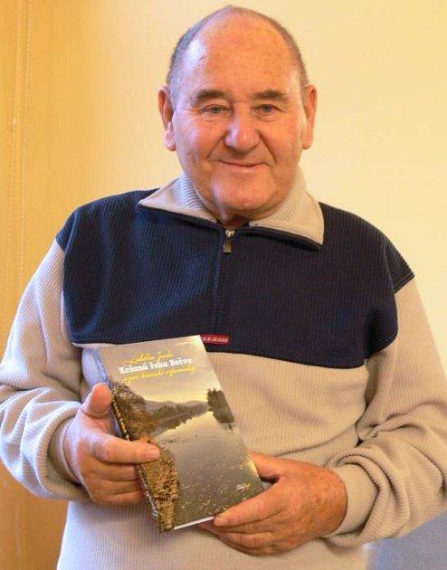 Ladislav Janda se svou knihou Krásna řeka Bečva a jiné hranické vzpomínky