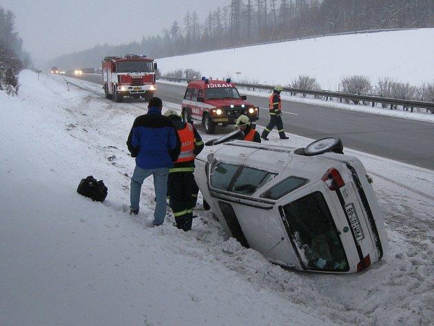 Po zásahu hasičů mohl řidič pokračovat v jízdě.
