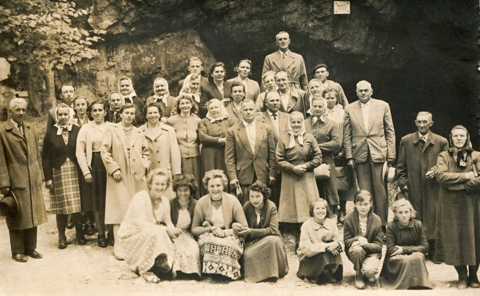 V obci Radotín se dodnes konají různé zájezdy. Tento byl do Moravského krasu a pořádalo ho místní JZD v roce 1960.