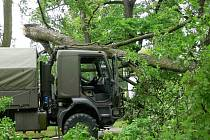 Pád větve starého stromu přímo na vojenský vůz v areálu kasáren generála Zahálky v Hranicích.