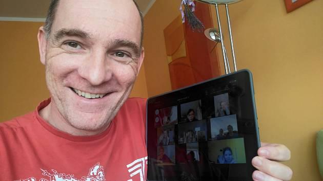 V malé vesnické základní škole vJezernici zavedli on-line výuku.