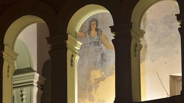 Kunzův palác v Hranicích - nasvícená freska anděla