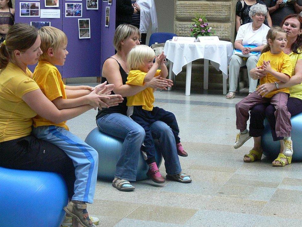 V doprovodném programu vystoupily děti z mateřského centra Dráček, které divákům předvedly cvičení s míči.