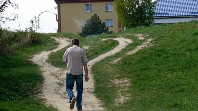 Pěšinu, která se s postupem času stále rozšiřuje a využívají ji nejen chodci, ale i cyklisté, v brzké době přeměna na chodník nečeká.