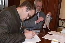 Ředitel Hranické rozvojové agentury Jan Bálek (vlevo) a starosta Hranic Miroslav Wildner podepisují smlouvy s firmami, které se zapojily do Grantového programu.