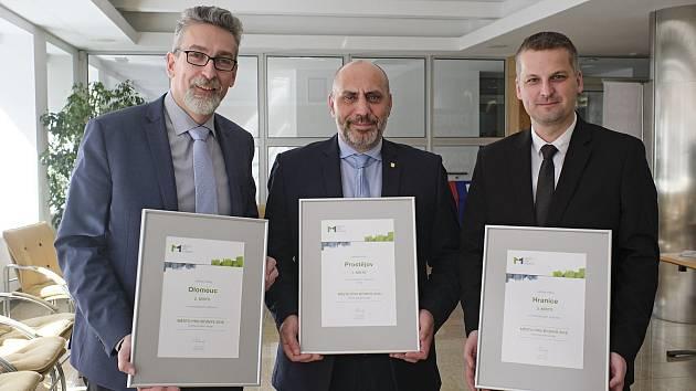 Zleva: primátor Olomouce Miroslav Žbánek, primátor Prostějova František Jura a místostarosta Hranic Daniel Vitonský