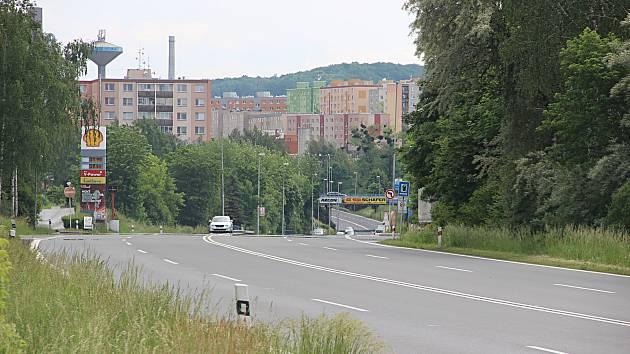 Čtyřproudová ulice Olomoucká v Hranicích svádí chodce k přecházení a ukrácení si cesty do blízkého CT Parku. Přecházení je zde ale nebezpečné. Svědčí o tom smrtelná nehoda z června a nyní i sražení chodce, který je v kritickém stavu.