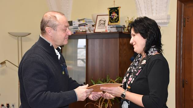 Vedení města poděkovalo hranické železničářce Daně Buksové za záchranu života dítěte.