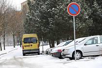 Řidiči ignorují značku zákaz stání. Úřad ji teď na náš podnět raději zruší