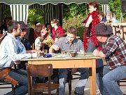 Kácení májky v Tučíně se letos odehrálo v netradičním stylu Divokého západu.