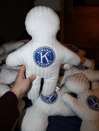 Pomyslný občanský průkaz už může dostat Kiwanis panenka, která vpondělí 23.listopadu oslavila patnácté narozeniny. Jako poděkování za podporu pozval Kiwanis klub Hranice všechny členy isponzory na menší oslavu.