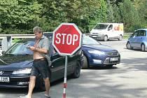 Návštěvníci Hranicka kritizují parkoviště u teplické vlakové zastávky kvůli předraženým cenám