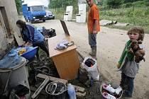 Odklízení následků povodně v obci Polom na Přerovsku. Nasazeno zde bylo i 15 vojáků 102. průzkumného praporu z Prostějova.