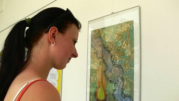 Návštěvnice výstavy si prohlíží jedno z děl hranických dětí, které se nechaly inspiroval impresionistickými malíři.