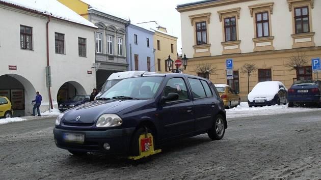 Netypické parkování uprostřed silnice podnítilo hranické strážníky k nasazení botičky