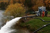 Mohutné proudy vody chrlila v lomu čerpadla, která mohou hasičům pomoci při povodních a záplavách.