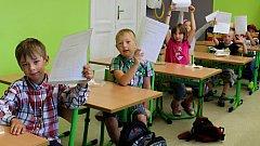 V ZŠ Drahotuše se vysvědčení kvůli rozsáhlým opravám školy rozdávalo už v pátek 22. června. Zatímco prvňáky čekalo jejich první, deváťáci hned ráno v šatnách vyklidili své skříňky a loučili se se svými spolužáky.