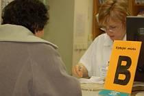 Pacienti od začátku týdne nemusejí v lékárně přerovské nemocnice hradit poplatky za položky na receptu. Musejí však nejdříve vyplnit darovací smlouvu, což hlavně důchodcům činí problémy.