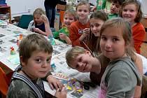 Žáci základních škol v Hranicích si v Domečku vyzkoušeli techniku mramorování