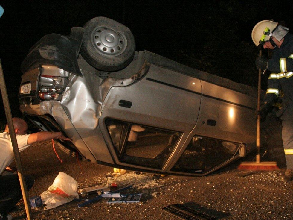 Při likvidaci následků nehody asistovali také hasiči.