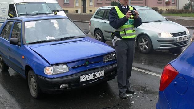 Srážka dvou automobilů na světelné křižovatce na Vápenici v Prostějově omezila dopravu ve čtvrtek ráno na půl hodiny.