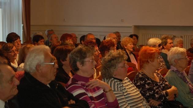 Stovka hranických sedmdesátníků se ve středu sešla v Koncertním sále na Zámecké ulici.