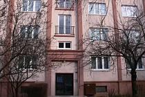 V tomto domě ve Dvořákově ulici zavraždil vnuk svoji babičku.
