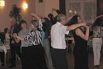 V sobotu 8. ledna se konal ples Obecního úřadu v Horních Těšicích. Hudební skupina Kalej nenechala nikoho dlouho sedět a sál byl stále v pohybu. Tančily všechny věkové kategorie