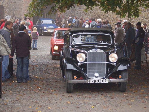 Majitelé historických vozidel se v neděli 12. října společnou vyjížďkou na hrad Helfštýn rozloučili s letošní motoristickou sezonou.