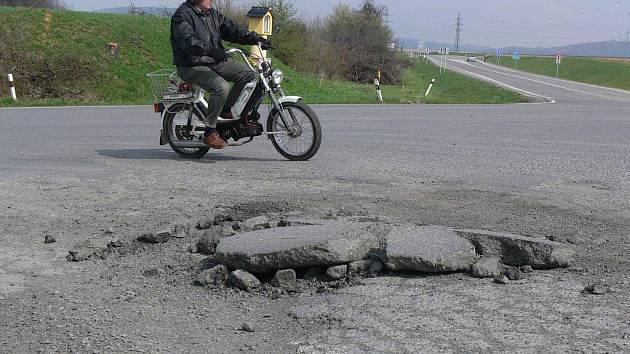 Jeden z nejvíce nebezpečných silničních úseků číhá na řidiče u odbočky z Hranic na Velkou