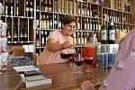 V hranické vinotéce Zuzany Šenkové zájem o burčák rok od roku stoupá.
