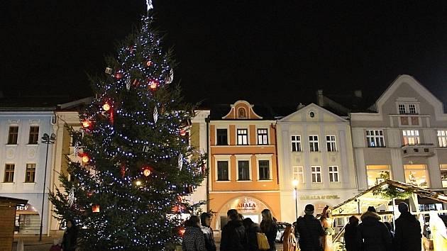 Vánoční strom se na náměstí v Hranicích se rozzářil.