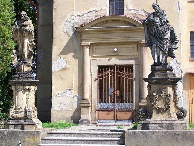 Komu patří sochy v Penčicích, to nikdo neví.