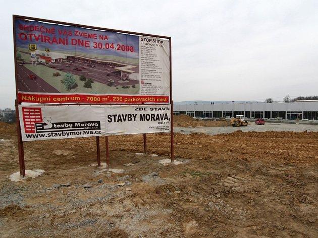 Do finále se blíží výstavba nového obchodního komplexu v Hranicích na Přerovsku.