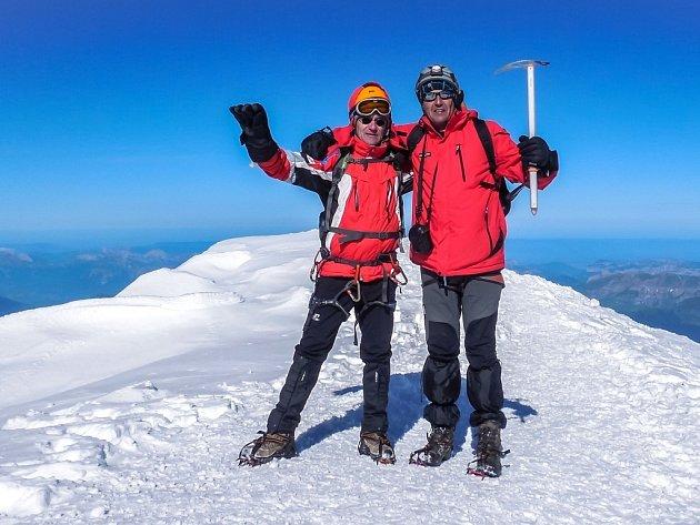Na vrcholu nejvyšší hory Evropy Mont Blanc. Vlevo Petr Hrazdil, vpravo Jiří Králík.