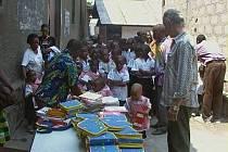 Děti z Konga mají konečně aktovky z Hranic ve svých rukou