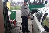 Na žebříčku měst, ve kterých řidiči mohou nejlevněji natankovat benzín, je Přerov na čtvrtém místě. Co se týče nafty, ta je levnější jen v Domažlicích.