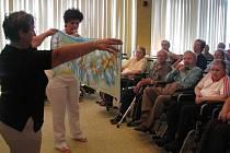 V hojném počtu se obyvatelé hranického Domova seniorů zúčastnili zábavně-benefičního pořadu na oslavu jejich celoživotních zásluh.