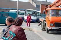 Demontáží části nástupišť začala v pondělí 6. dubna rekonstrukce autobusového nádraží v Přerově