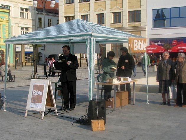 Veřejné čtení z Bible začalo v pátek v osm hodin ráno na hranickém Masarykově náměstí. Z reakcí lidí se dala vyčíst úcta, rozpaky i údiv.