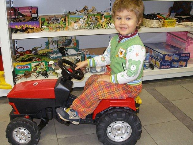 Mnozí rodiče berou na nákupy dárků i své děti.