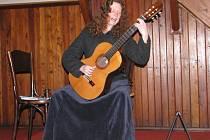 Písničkářka Eva Henychová potěšila své příznivce vystoupením v evangelickém kostele v Hranicích.