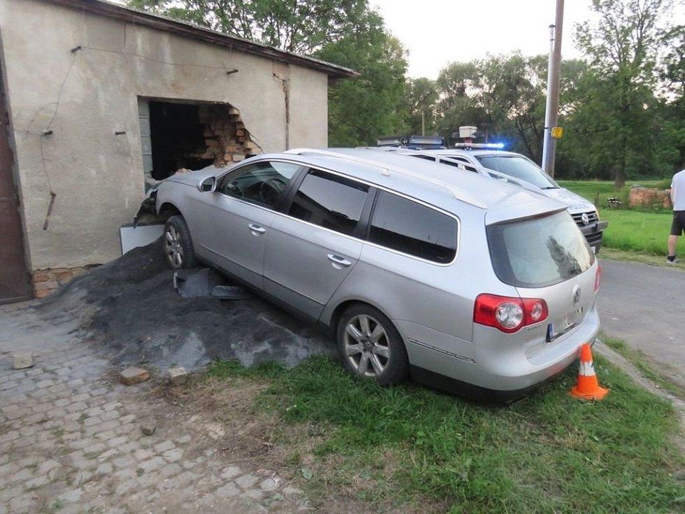 Opilý řidič narazil předkem svého auta do cihlové zdi dílny s garáží rodinného domu.