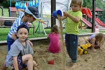Prázdninová pohoda na dětském hřišti u mateřinky v Hrabůvce.