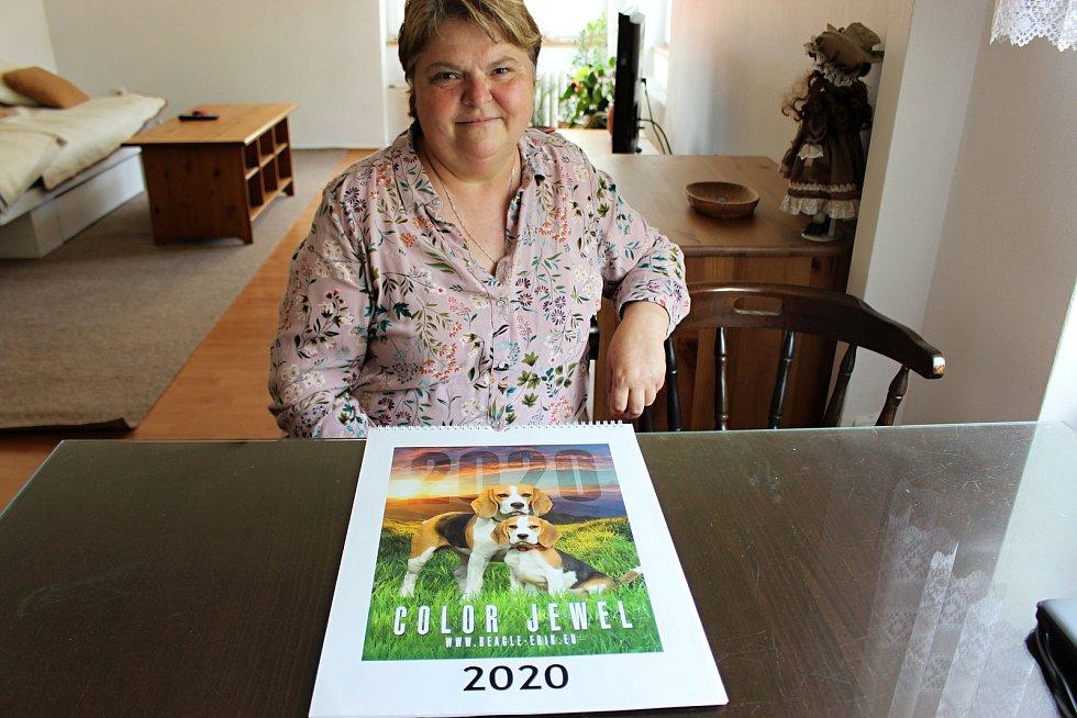 Jana Polášková je vychovatelka sluchově postižených dětí a také chovatelka bíglů. Svou práci spojila se svým koníčkem a díky canisterapii pomáhá handicapovaným dětem.