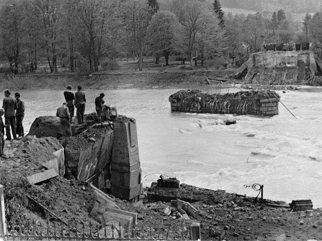 Most přes řeku Bečvu zničili Němci během bombardování vposledních hodinách války 7.května 1945.Vnásledujících dnech byl postaven provizorní most.