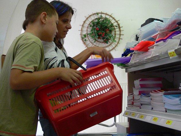 Také hranické obchody se školními pomůckami a papírnictví jsou v těchto dnech doslova v obležení rodičů s dětmi.