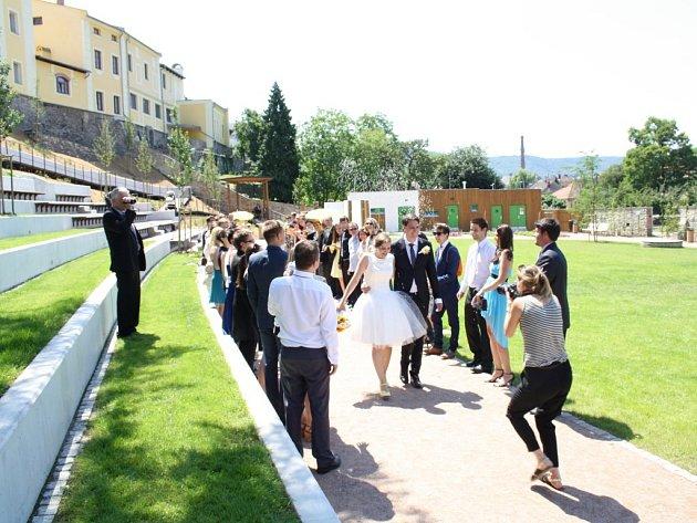 Vnové zámecké zahradě vHranicích se uskutečnil historicky první svatební obřad. Novomanželé ještě týden před svatbou netušili, že se jim nakonec splní jejich přání a opravdu budou oddáni vareálu pod zámkem.