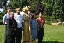 Dřevěná socha Lázeňské lady, nové lavičky, stezky i vysázené stromy. Tak vypadá nově vytvořený parčík u mateřské školy, které z dotací i díky vlastnímu přispění vybudovala obec Teplice nad Bečvou.