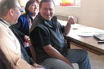 Eduard Sohlich sleduje výsledky voleb v sokolovně v Dřevohosticích